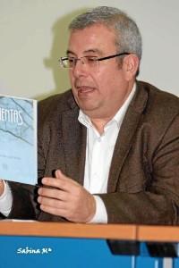 Pepe Orihuela, en un momento de la presentación del libro en la Biblioteca de Huelva.