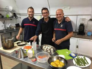 El equipo, durante la preparación de los platos.