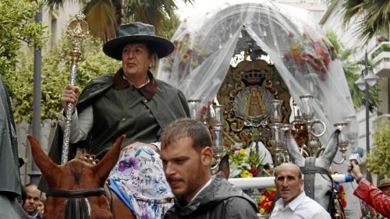 Emigrantes desafía a la lluvia y recorre la ciudad para despedirse de Huelva antes de iniciar el camino hacia El Rocío
