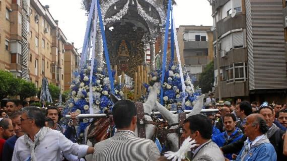 Los onubenses se echan a la calle para desear un buen Rocío a su Hermandad de Huelva