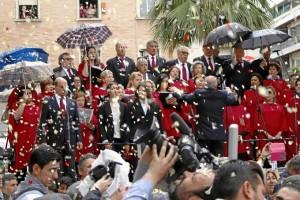 Pétalos y música al paso de la Hermandad por el centro de Huelva.