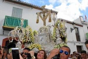 Momento del traslado de la Santísima Cruz de la Calle Cabo.