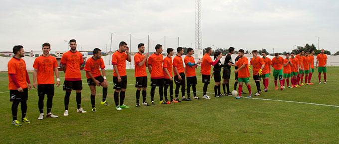 Los jugadores del Pinzón, del Cerreño y el trío arbitral saltaron al campo con unas camisetas de apoyo a los donantes de médula ósea.