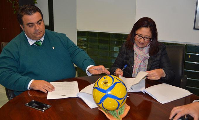 La alcaldesa de Punta Umbría, Aurora Águedo, y el director de la Escuela Deportiva Ciudad de Aljaraque, José Agustín Puerta, durante la firma del convenio.