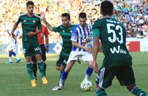 Miguelito trata de zafarse de un rival durante el amistoso de este viernes. / Foto:  Josele Ruiz.