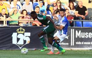 Rubén Mesa pugna con N' Diaye durante el partido. / Foto: Josele Ruiz.