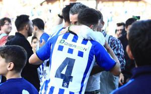 Alegría de los albiazules al término del partido tras confirmarse la permanencia. / Foto: Josele Ruiz.