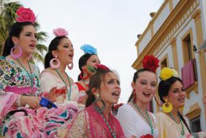 Las jóvenes vestidas de flamencas en el Romerito.