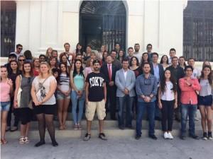 El grupo de Erasmus en la entrada del Ayuntamiento