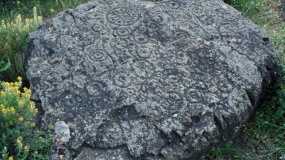 Las misteriosas representaciones del sistema solar aparecidas en unos grabados rupestres en Zalamea la Real