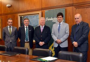 Representantes de Caja Rural del Sur y su Fundación junto a los directivos de la Asociación de Interés Económico.