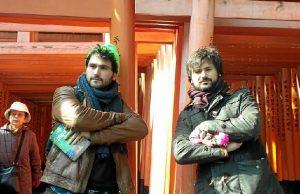 El onubense, con su hermano en el templo Fushimi Inari en Kioto.