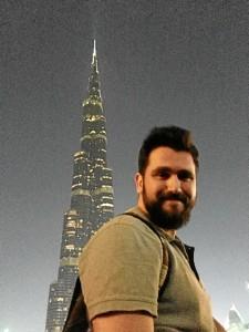 Reside en Dubái desde hace algo más de dos meses. En la foto, frente al edificio más alto del mundo, el Burj Khalifa.