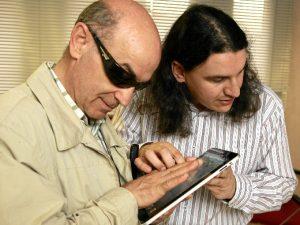 La Once trata de alertar a las personas con discapacidad visual de los peligros y riesgos existentes en el uso de las redes sociales e Internet.