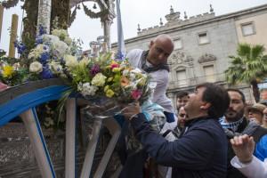 El alcalde de Huelva ha ofrecido unas flores al Simpecado.