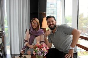 Carlos, con una amiga iraní en su viaje a Teherán.