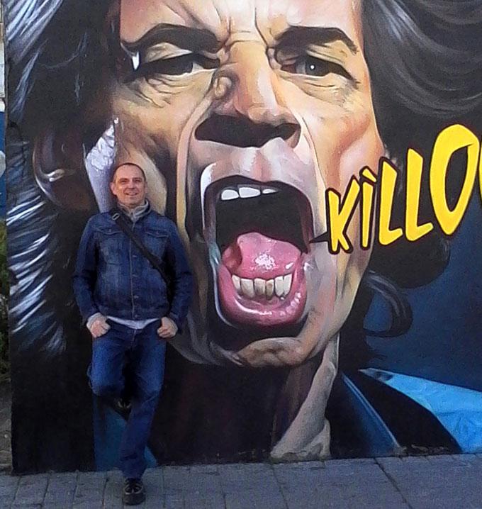 El autor, sobre un grafiti de Man o matic. /