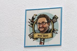 Azulejo dedicado al profesor Marco Macías.