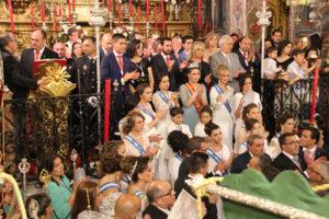 La Corte de Honor, autoridades, presidente y párroco aplauden la finalización de la procesión sanjuanista.