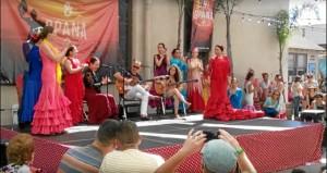 Una imagen de la Feria de Abril en Los Ángeles, bailarina china-americana incluida.
