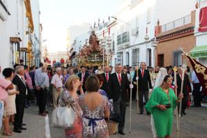 El Patrón de San Juan del Puerto procesionando por las calles sanjuaneras como cada 24 de junio.