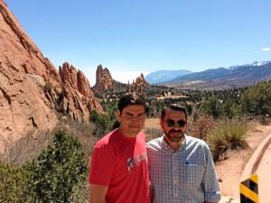 Con su hijo de paseo en un parque natural en Colorado.
