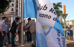 Momento del izado de la  bandera del Recre en la plaza de Los Litri.