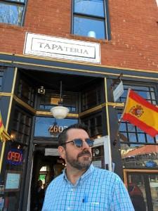 Siempre tuvo la inquietud de ir a ejercer Periodismo a EEUU. / En la imagne, en un bar español en un pueblito perdido, también en Colorado.