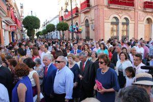 Los sanjuaneros abarrotan la calle Dos Plazas y Plaza de España al paso de la procesión.