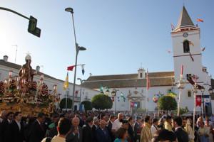 La Plaza de la Iglesia congregó a muchos vecinos y visitantes para ver la salida del Patrón sanjuanero.