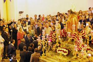 El presidente de la Hermandad Juan Pérez Vela dando los vivas a San Juan Bautista.