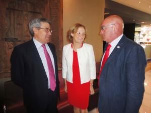 de izquierda a derecha: Agustín González, consejero delegado de Cooperativas Agro-alimentarias de Andalucía; Carmen Ortiz, consejera de Agricultura; y Juan Rafael Leal, presidente de Cooperativas Agro-alimentarias de Andalucía.
