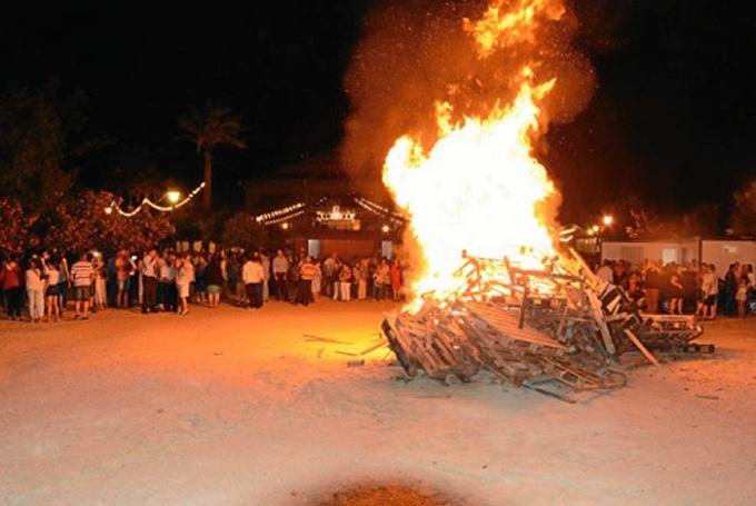 Centenares de vecinos y visitantes pudieron desprenderse en la hoguera de todo lo malo sucedido durante este año.