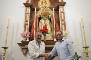 José Luís Borrero y Jesús Rosado se estrechan la mano a las plantas de la Virgen de la Amargura