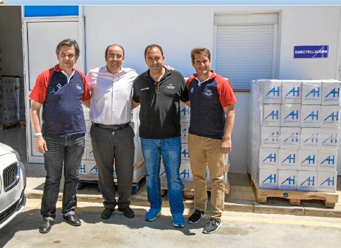Momento del acto de entrega de 30.000 botellas de agua de medio litro.
