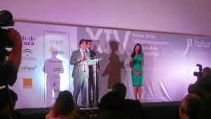 Gonzalo Leandro recogiendo el premio.