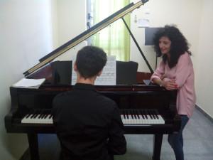 María aboga por que los niños aprendan a jugar con la música.