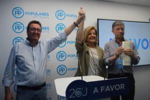 Báñez acompañada de Manuel Andrés González y Carmelo Romero.