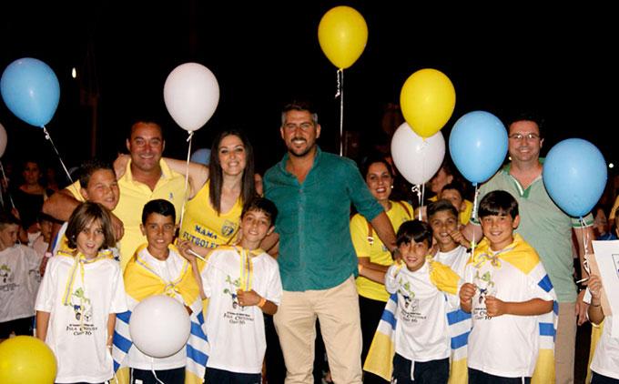 El concejal de deportes isleño, Natanael López, en el centro, en un momento del desfile.