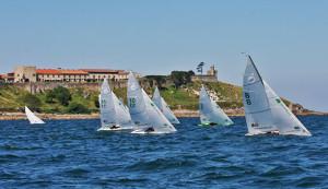 La flota del Campeonato pasando frente al parador de Baiona. / Foto: Rosana Calvo.
