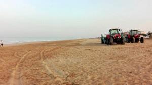 A las 9.00 horas terminaban los trabajos de limpieza de las playas de Punta Umbría tras la celebración de la Noche de San Juan.