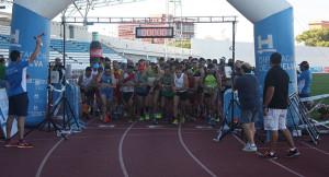 Salida de la Media Maratón en el estadio Iberoamericano de Atletismo.