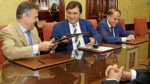 Consistorio y Endesa firman un convenio para asegurar el suministro eléctrico a familias sin recursos