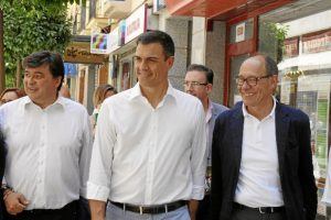 El candidato socialista ha paseado por las calles del centro, de camino hacia el Muelle de Levante./ Foto: José Rodríguez.