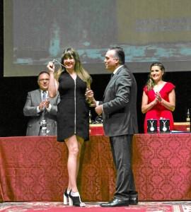 La actriz, recibiendo la medalla.