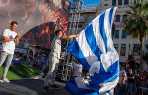 Jesús Vázquez, con la gran bandera en el epílogo de la manifestación.