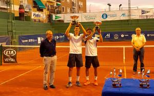 Iván Arenas-Gualda y David Vega Hernández, vencedores en dobles de la Copa del Rey de Tenis. / Foto: @rcrtenishuelva.