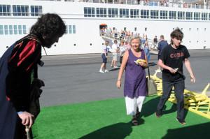 Los turistas han sido recibidos con una representación teatral.