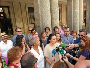 La cabeza de lista al Congreso de Unidos Podemos por Huelva, Isabel Franco, atendiendo a los medios de comunicación a las puertas de la Subdelegación del Gobierno en Huelva.
