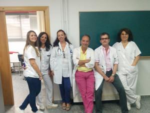 Dolores con profesionales de la Unidad de Enfermedades Infecciosas del Complejo Hospitalario Universitario de Huelva.